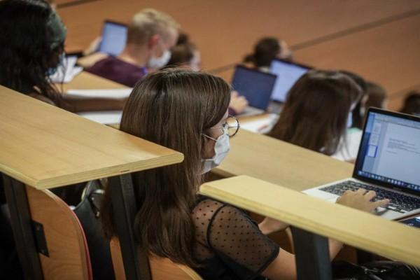 Εμπόδια για τους ανεμβολίαστους: «Χαράτσι» 80 ευρώ τον μήνα στους φοιτητές για rapid test