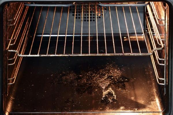 Viral Tik Τok κόλπο: Πώς να καθαρίσουμε εύκολα τον φούρνο
