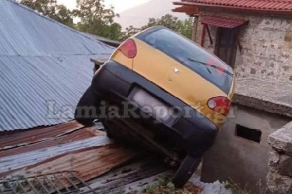 Τρελή κούρσα στη Φθιώτιδα: Αυτοκίνητο καρφώθηκε μέσα σε σπίτι