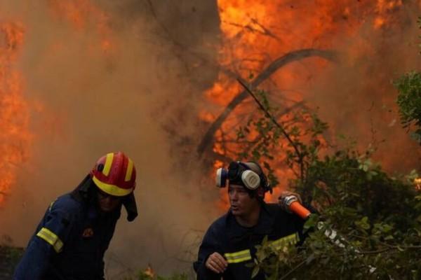 Φωτιές στην Αττική: Μάχη με τις φλόγες σε Βίλια και Κερατέα - Προσπάθεια να μην καούν και άλλα σπίτια