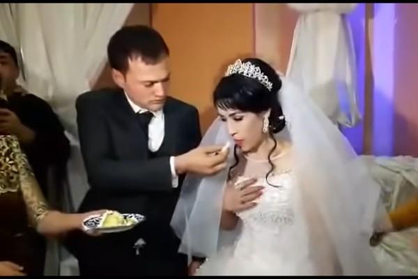Ο γάμος τους ήταν υπέροχος και ετοιμάζονταν να κόψουν την τούρτα - Αυτό που έκανε ο γαμπρός στην νύφη θα σας εξοργίσει