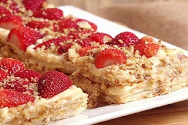 Δροσερό γλύκισμα με φράουλες και κρέμα βανίλια
