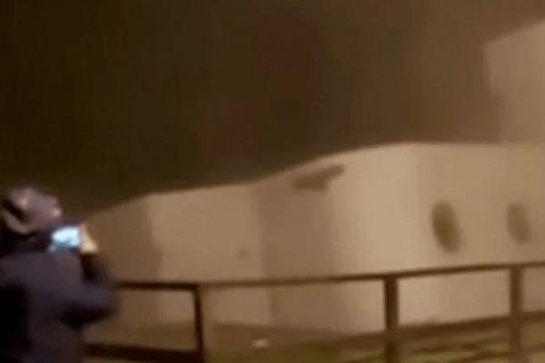 Απίστευτο! Διώροφο σπίτι καταρρέει και βυθίζεται στον ωκεανό (video)