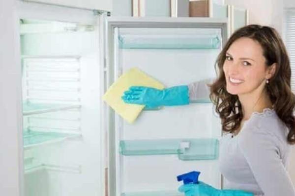Ανακάτεψε νερό με μαγειρική σόδα και ξύδι για να καθαρίσει το ψυγείο - Έπαθε... πλάκα βλέποντας το αποτέλεσμα