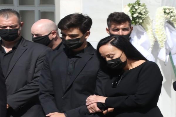 Κηδεία Άκη Τσοχατζόπουλου: Καταρρακωμένη στο πάτωμα δίπλα στο φέρετρο η Βίκυ Σταμάτη - «Σπάραξε καρδιές»