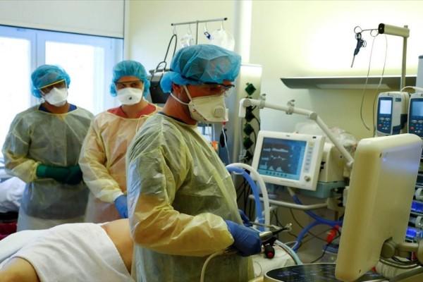 Κορωνοϊός: Δραματική έκκληση γιατρών - «Εξαντλούνται οι δυνάμεις μας»