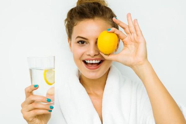 Τι θα συμβεί αν τρίψετε το πρόσωπό σας με λεμόνι - Συνταγή για μάσκα ομορφιάς