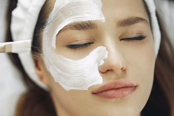 4+1 σπιτικές μάσκες για να εξαφανίστε σπυράκια και ουλές από το πρόσωπό σας