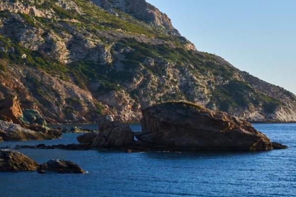 Η παραλία δίπλα στην Αθήνα που θυμίζει νησί και είναι ιδανική για οικογένειες!