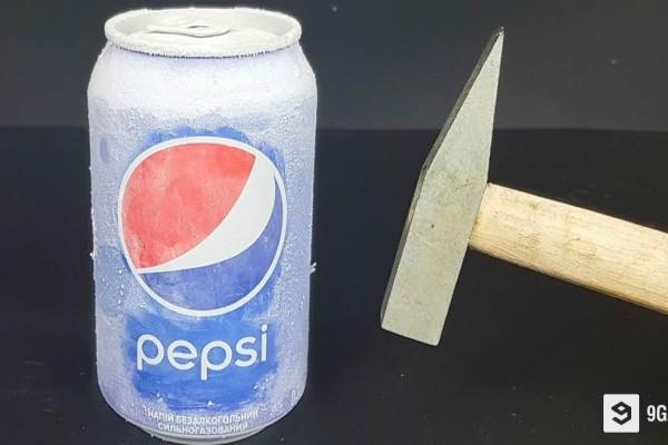 Ρίχνει υγρό άζωτο σε ένα γεμάτο κουτάκι Pepsi και το χτυπάει με το σφυρί. Το αποτέλεσμα; Θα σας αφήσει άφωνους!