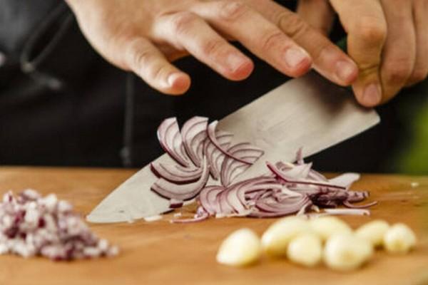 Σκόρδο και κρεμμύδι: Αυτά είναι τα μυστικά των σεφ για να μη μυρίζουν τα χέρια μετά το καθάρισμα
