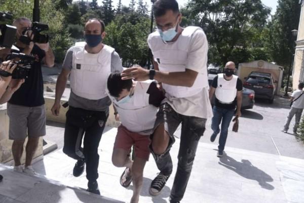 Έγκλημα στη Δάφνη: Συγγενείς της άτυχης 31χρονης πήγαν στην Ευελπίδων για να λιντσάρουν τον συζυγοκτόνο