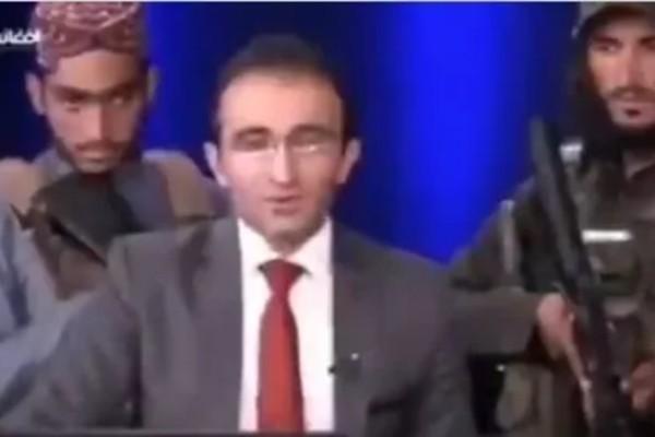 Αφγανιστάν: Παρουσιαστής λέει τις ειδήσεις έχοντας πίσω του ένοπλους Ταλιμπάν