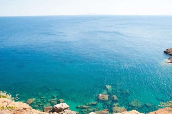 2 «κρυφές» παραλίες στην Αττική για τις βουτιές του Σαββατοκύριακου!