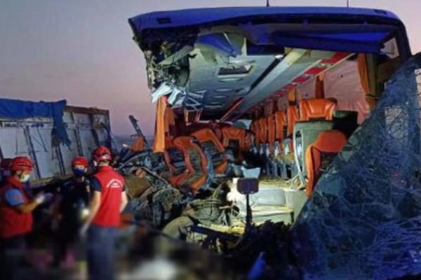 Ανείπωτη τραγωδία: Σύγκρουση λεωφορείου με φορτηγό! Στους 9 οι νεκροί