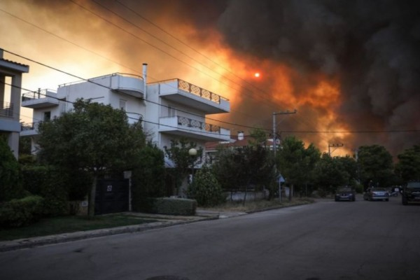 Φωτιά Βαρυμπόμπη: «Εως το μεσημέρι θα έχουν ρεύμα οι πληγείσες περιοχές»