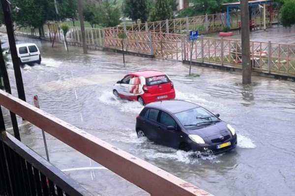 Καταιγίδες σε Λάρισα και Κατερίνη - Ποτάμια έγιναν οι δρόμοι