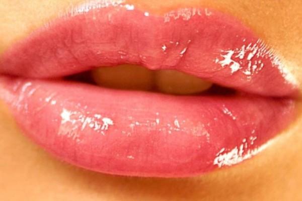Αν το κραγιόν σας φτάνει στο τέλος, μην το πετάξετε - Φτιάξτε ένα lip gloss!