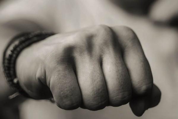 «Έπεσε» ξύλο στην Κύμη: Πιάστηκαν στα χέρια για το εμβόλιο
