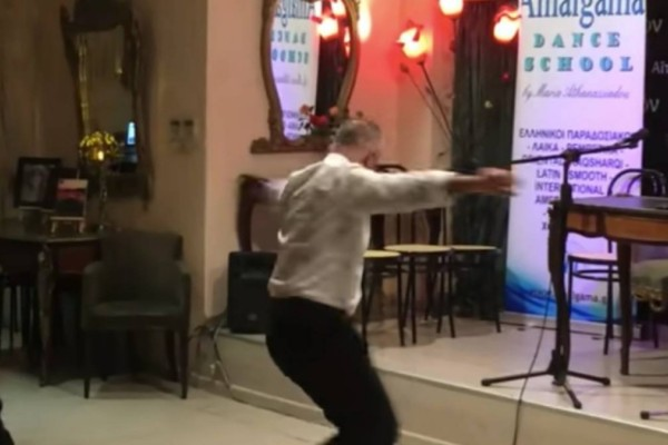 59χρονος μάγκας χορεύει το πιο αρχοντικό ζεϊμπέκικο που έχουμε δει
