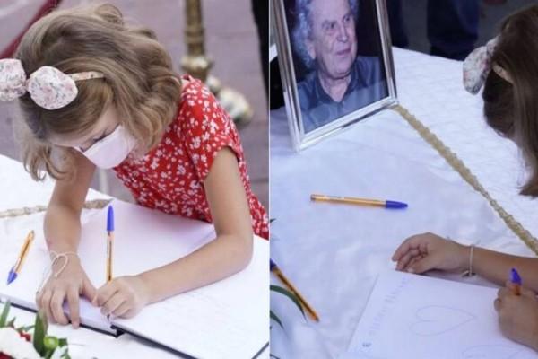 Το μικρό κορίτσι που συγκίνησε τους πάντες στην κηδεία του Μίκη Θεοδωράκη
