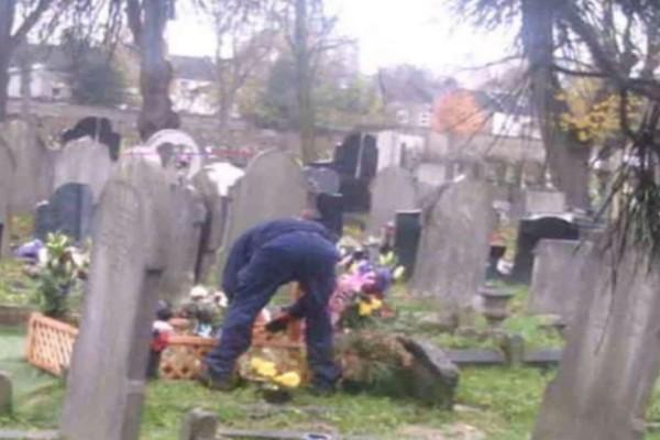 50χρονη έβαλε κρυφή κάμερα στον τάφο του άντρα της - Πάγωσε με αυτό που είδε (photo)