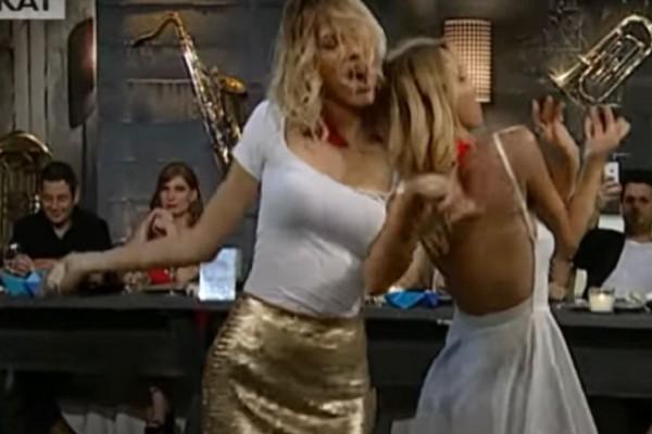 Τσιφτετέλι «κόλαση»: Εκρηκτικές ξανθιές χορεύουν και «γκρεμίζουν» το πλατό (Video)