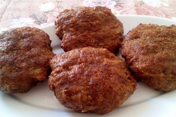 Αφράτα και ζουμερά μπιφτέκια χωρίς ψωμί και χωρίς βρώμη