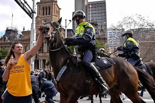 Απίστευτο: Αρνητής διαδηλωτής ρίχνει μπουνιά σε άλογο!
