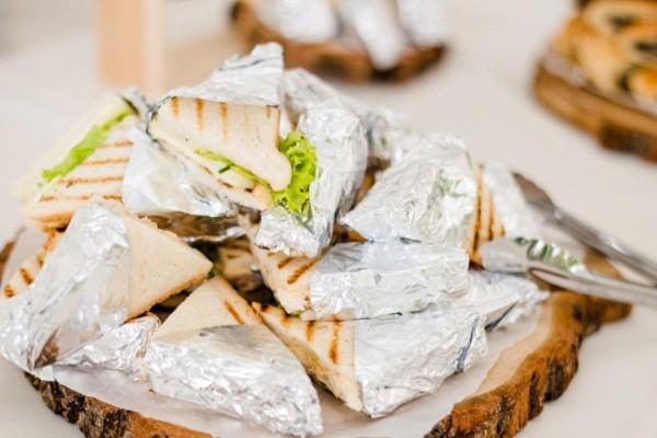 Τυλίγετε τα τρόφιμα με αλουμινόχαρτο; Μεγάλη προσοχή!