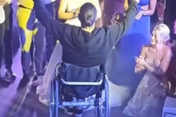 Αστυνομικός προσκεκλημένος σε γάμο, χόρεψε με την ψυχή του ζεϊμπέκικο, στο αναπηρικό του αμαξίδιο