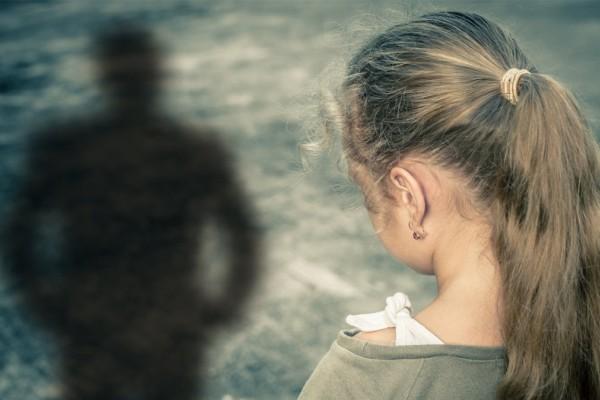 Κτηνωδία στη Λάρισα: Μάνα έδινε την 11χρονη κόρη της σε 80χρονο ιερέα για σεξ