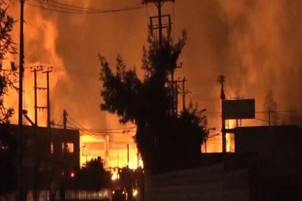 Ασπρόπυργος: Ολονύχτια μάχη με την φωτιά σε εργοστάσιο ξυλείας (Video)