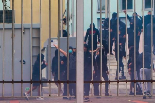 ΕΠΑΛ Σταυρούπολης: Φρούριο το σχολείο - Τα ΜΑΤ δεν αφήνουν κόσμο να πλησιάσει