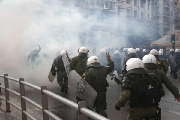 Επεισόδια στο Μεταξουργείο: Χημικά ανάμεσα σε ΜΑΤ και διαδηλωτές