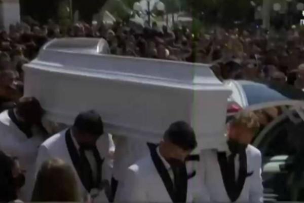 Κηδεία Mad Clip: Σε λευκό φέρετρο η σορός του τράπερ - Τραγικές φιγούρες οι γονείς του