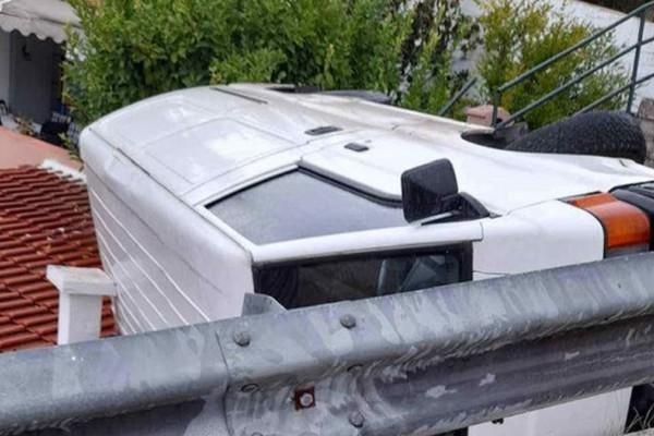 Σοκ στην Καβάλα: Φορτηγό προσγειώθηκε σε στέγη σπιτιού