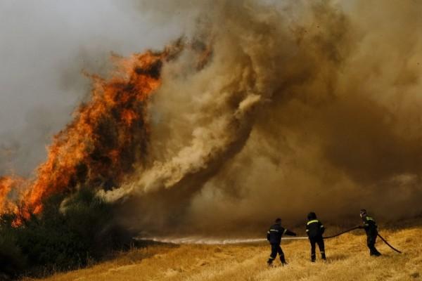 Mεγάλη φωτιά στην Κορινθία: Καίγεται δάσος με πεύκα στο Κατακάλι