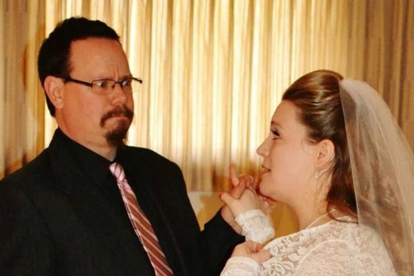 Παντρεύτηκαν γεμάτοι χαρά και πήγαν στο γλέντι - Μόλις πήραν χαμπάρι την τεράστια γκάφα του γαμπρού η νύφη ντροπιάστηκε