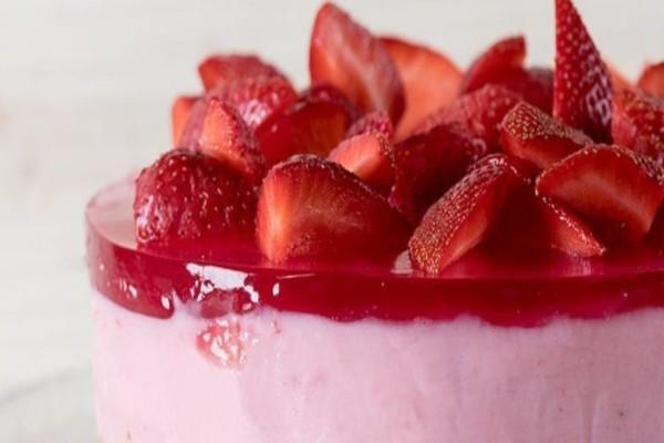 Εύκολο γλυκό ψυγείου με γιαούρτι με φράουλες