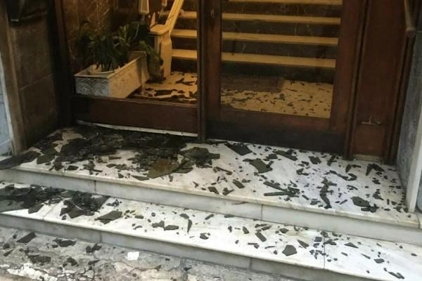 Σοκ! Έκρηξη στην Καλλιθέα - Πέταξαν μπουκάλι με κροτίδα σε πολυκατοικία