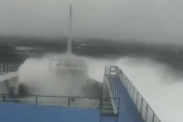 Συγκλονιστικό βίντεο: Πλοίο παλεύει με τα άγρια κύματα εν μέσω κυκλώνα