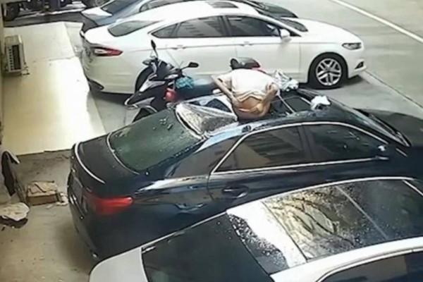 Ζευγάρι έκανε σ@ξ στο μπαλκόνι και η κοπέλα έπεσε και προσγειώθηκε σε αυτοκίνητο!