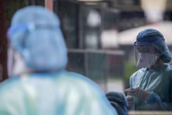 Κορωνοϊός: Προσπάθεια για να μην «εκτοξευθούν» οι διασωληνωμένοι - Τι ισχύει για τη δεύτερη δόση του εμβολίου