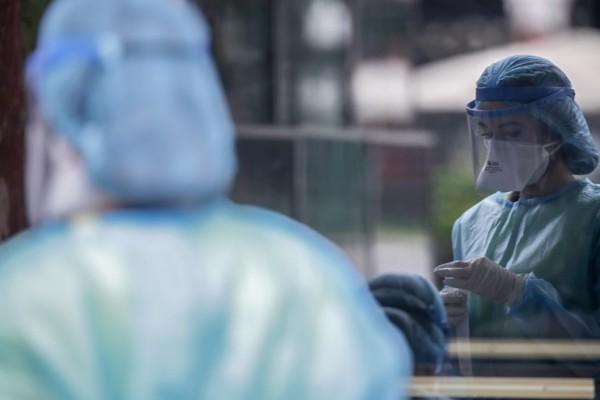 Κορωνοϊός: Παραμένουν υψηλά τα νούμερα - Συνεχίζεται ο αγώνας στο σύστημα υγείας