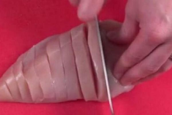 Μόλις δείτε πως μαγειρεύει το κοτόπουλο, δεν θα το ξανακάνετε ποτέ διαφορετικά! (video)