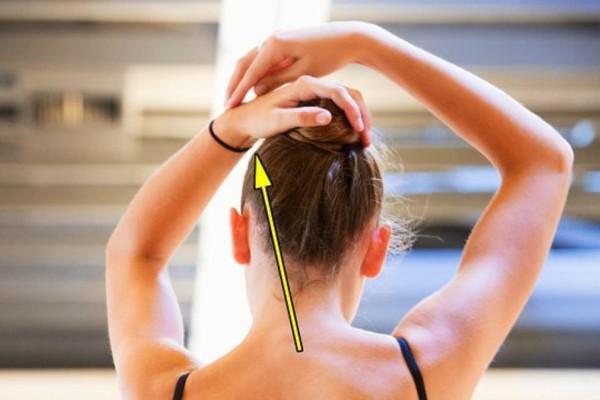 Ο σοβαρός λόγος που δεν πρέπει να ξαναβάλετε ποτέ το λαστιχάκι των μαλλιών στον καρπό σας