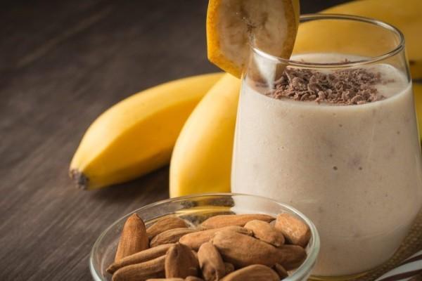 Εύκολο milkshake μπανάνα με μόνο 2 υλικά!