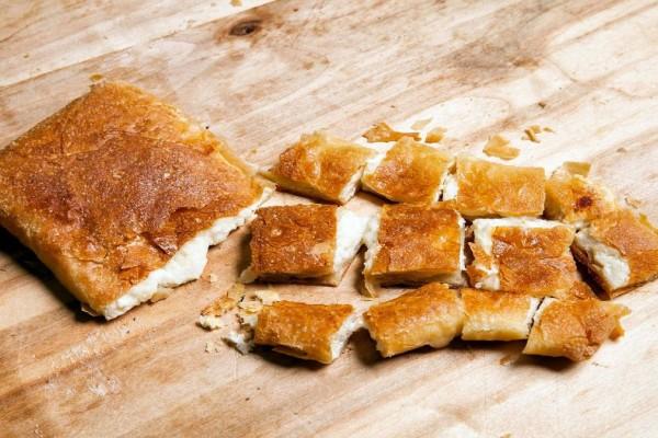 Αφράτη και λαχταριστή! Η πιο νόστιμη τυρόπιτα με λίγα υλικά
