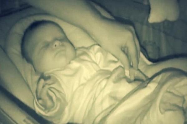 Το μωρό τους κοιμόταν και πήγαν να τσεκάρουν αν είναι καλά - Όταν όμως το είδαν, έτρεξαν αμέσως να πάρουν την κάμερα!